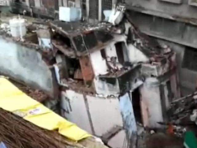 Video : एमपी : भारी बारिश की वजह से नरसिंहपुर में तीन मंजिला इमारत गिरी