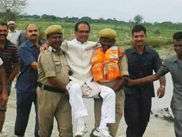 Video : इंडिया 9 बजे : सीएम शिवराज को पुलिसवालों ने गोद में उठाकर दी 'लिफ्ट'