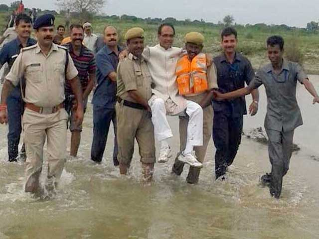 Video : Shivraj Singh Chouhan Gets a 'Lift' From Policemen In Flood-Hit Panna