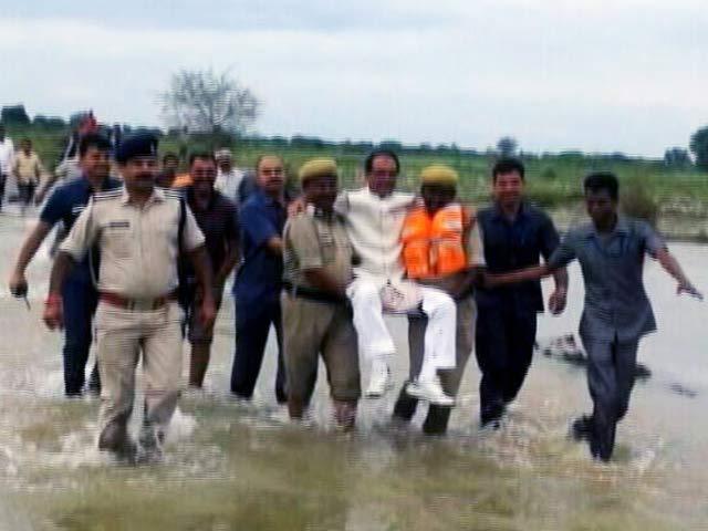 Videos : जब पुलिसवालों ने CM शिवराज को गोद में उठाकर दी 'लिफ्ट'