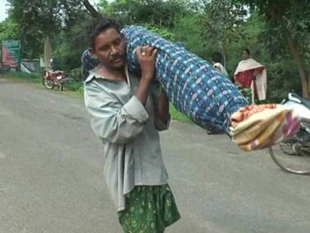Videos : ओडिशा : पत्नी का शव कंधे पर रख पैदल चलने को मजबूर हुआ शख्स