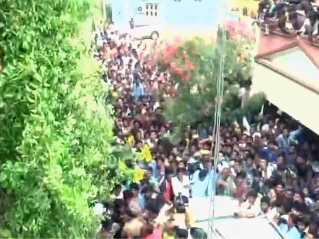 Videos : सितारों के फैन्स का गैंगवार : तेलुगु एक्टर जूनियर NTR के फैन ने पवन कल्याण के फैन की हत्या की