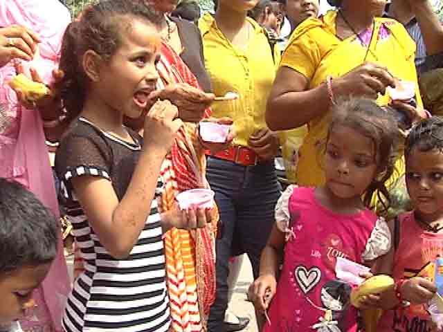 Video : दिल्ली : जन्माष्टमी के मौके पर आइसक्रीम का भंडारा