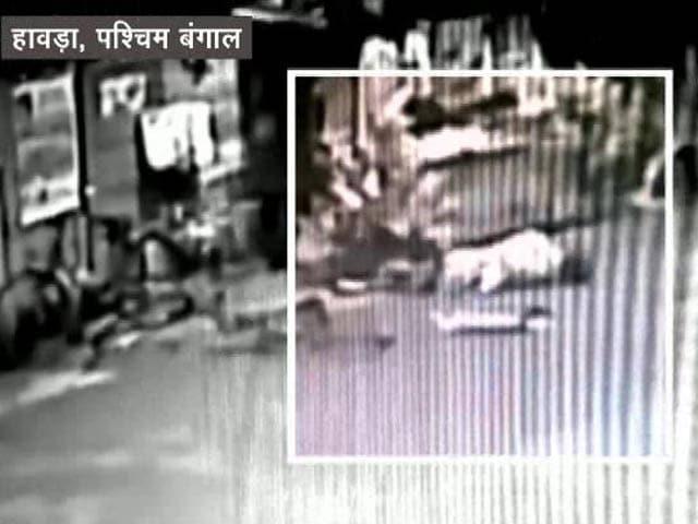 Videos : CCTV में कैद: टैम्पो से टक्कर, तड़पता रहा, नहीं आई मदद, हुई मौत