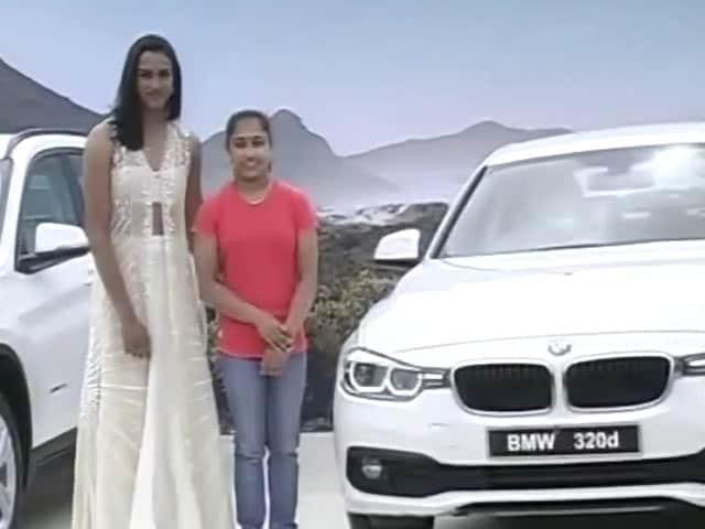 Videos : सिंधु, साक्षी और दीपा को बीएमडब्लू तोहफे में दी गई