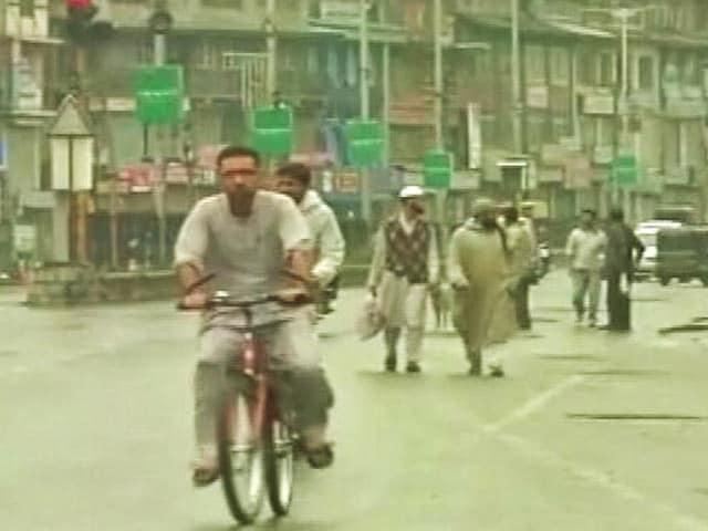 Videos : पुलवामा और श्रीनगर के कुछ हिस्सों को छोड़कर कश्मीर के बाकी इलाकों से कर्फ्यू हटा