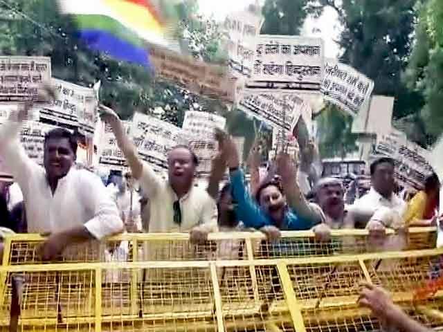 Videos : जैन मुनि का अपमान मामला : सीएम केजरीवाल के घर के बाहर प्रदर्शन