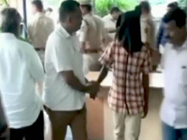 Video : वसई में पकड़ा गया सीरियल रेपिस्ट, ब्लेड से डराकर करता था शारीरिक शोषण