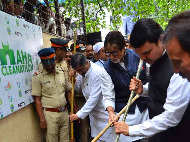 Video : When Fadnavis and Amitabh Bachchan Picked Up Brooms For a Maha Clean-Up