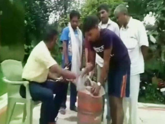 Videos : बिहार : सिलेंडर में शराब ले जाते दो गिरफ्तार