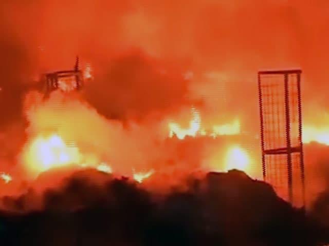 Video : दिल्ली में मुंडका के प्लास्टिक गोदाम में लगी आग