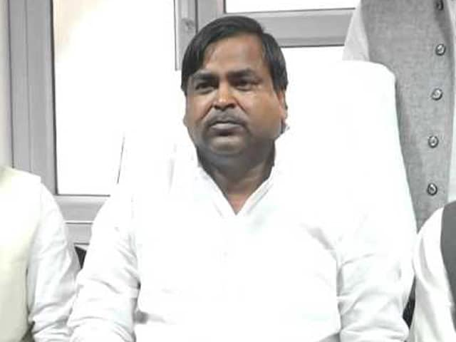 Videos : अखिलेश यादव ने मंत्री गायत्री प्रजापति को हटाया
