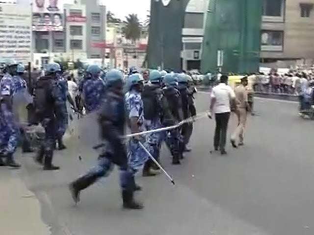 Videos : कर्नाटक में हिंसक प्रदर्शन : करीब 500 लोग हिरासत में, बेंगलुरु के 16 थाना क्षेत्रों में कर्फ्यू