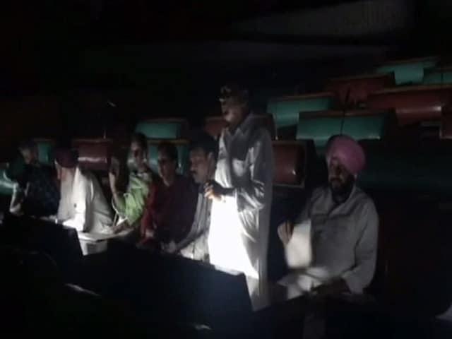 Video : पंजाब सरकार में मंत्री ब्रिकम सिंह मजीठिया पर कांग्रेस विधायक ने फेंका जूता