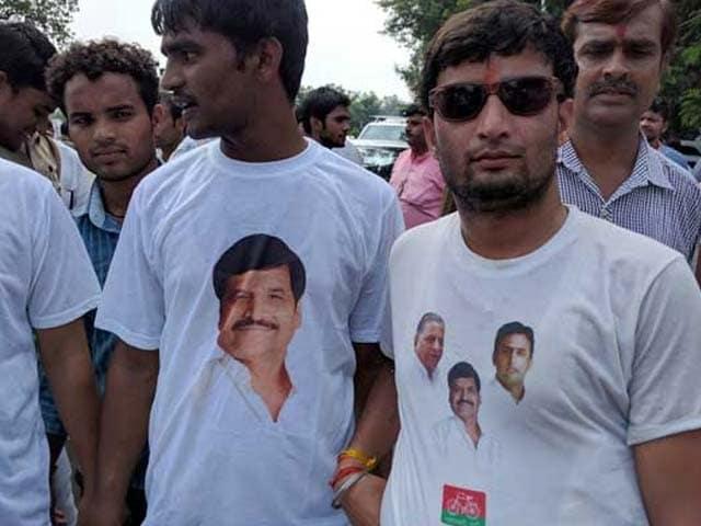 Video : As Shivpal Yadav Supporters Battle On Ground, Akhilesh Yadav Followers Fight Online