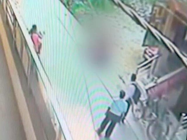 Videos : दिल्ली में दिनदहाड़े युवक ने युवती को चाकुओं से गोदा
