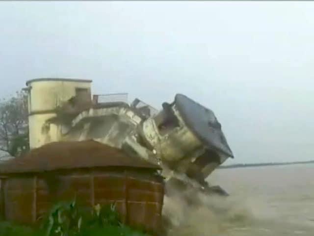 Videos : कैमरे में कैद : गोपालगंज में ताश के पत्तों की तरह ढहकर नदी में समाई इमारत