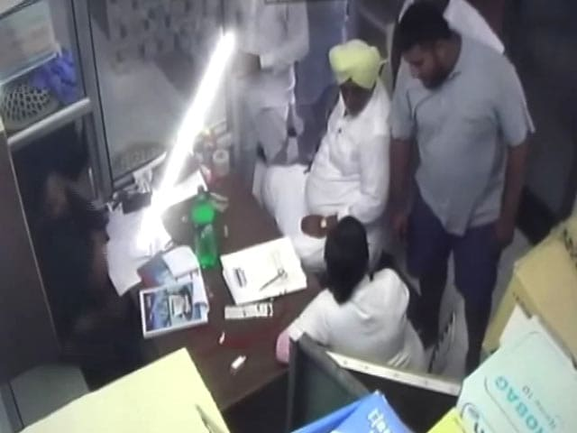 Videos : मोगा में नर्स से मारपीट के आरोप में अकाली नेता बेटे के साथ गिरफ्तार