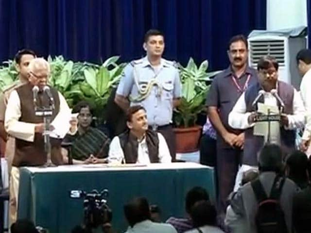 Videos : फिर 'झुके' अखिलेश यादव, दो हफ्ते पहले बर्खास्त हुए मंत्री की वापसी