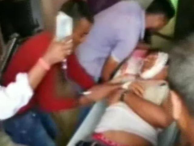 Videos : झारखंड के हजारीबाग में पुलिस फायरिंग में चार लोगों की मौत, कई घायल