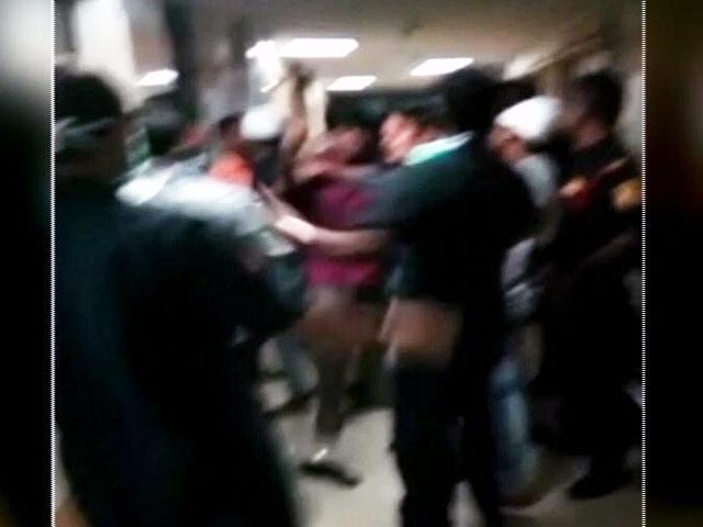 Videos : लोगों ने डॉक्टर और सुरक्षा कर्मियों को हमला करके मरीज बना दिया