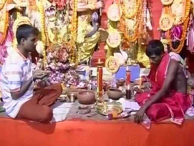 Video : During Durga Puja, These Men Are Upholding True Spirit Of All Festivals