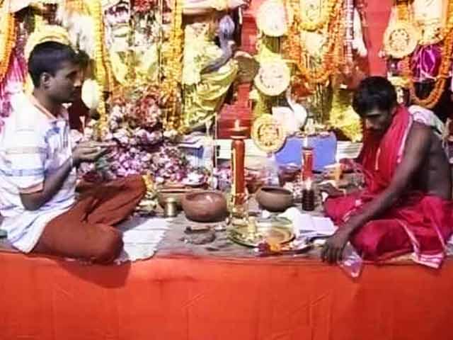 Videos : भाईचारे की पूजा : कोलकाता में पूजा के साथ मुहर्रम की तैयारी