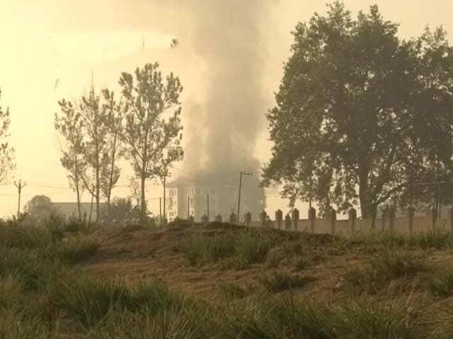 Videos : जम्मू कश्मीर के पंपोर में छिपे आतंकियों के साथ 24 घंटों से मुठभेड़ जारी