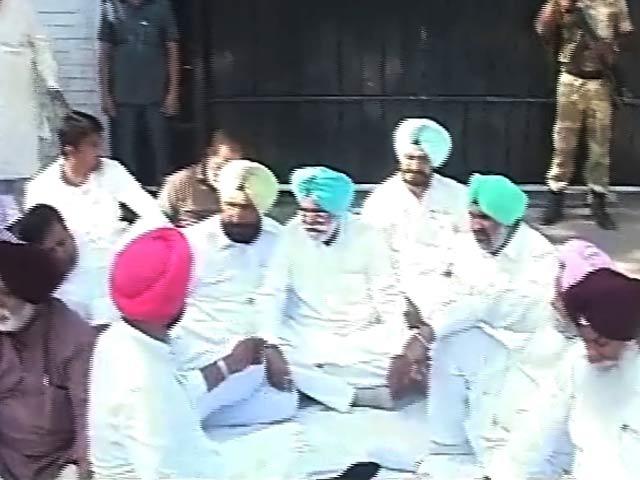 Videos : पंजाब में मुख्यमंत्री आवास के बाहर कांग्रेस का धरना