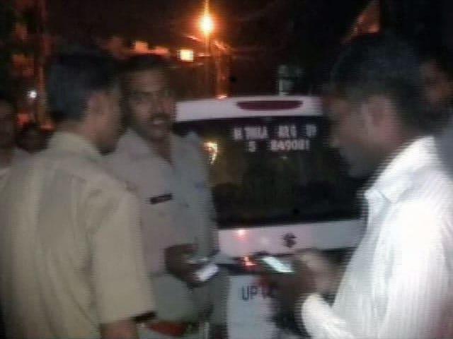Videos : नोएडा के हिंडन अपार्टमेंट से नौ संदिग्ध नक्सली गिरफ्तार