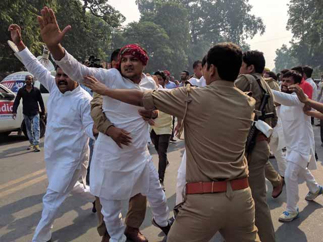 Video : Akhilesh Yadav, Uncle Shivpal's Supporters Clash Ahead of Big Samajwadi Party Meet