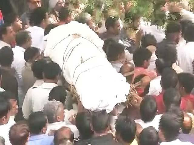 Video : पूर्व सैनिक के अंतिम संस्कार में शामिल हुए राहुल गांधी और केजरीवाल
