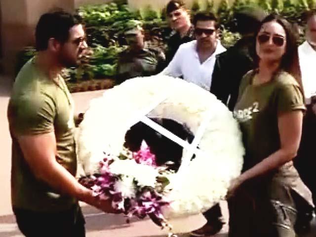 Videos : दिल्ली में अमर जवान ज्योति पर पहुंचे जॉन और सोनाक्षी, शहीदों को दी श्रद्धांजलि