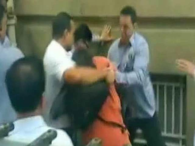 Video : Journalists Waiting For Cyrus Mistry Injured In Scuffle At Tatas' Bombay House