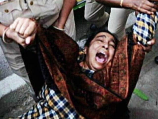 Video : दिल्ली में लापता JNU छात्र नजीब अहमद के मामले में प्रदर्शन करने गई मां को पुलिस ने घसीटा