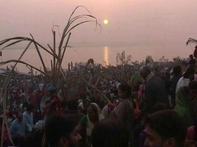 Video : उगते सूर्य को अर्घ्य के साथ छठ पूजा का समापन