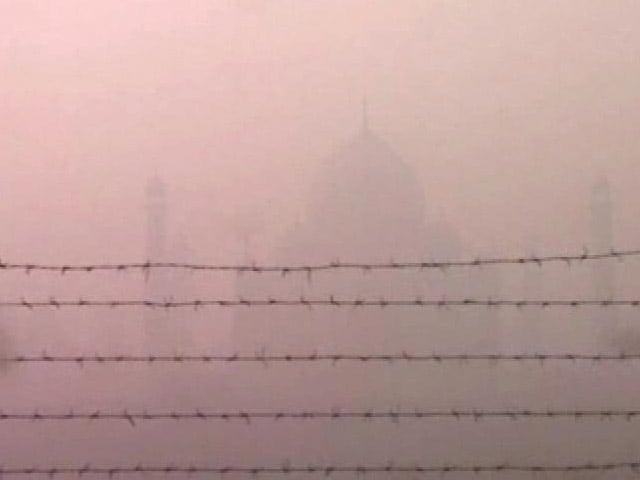 Videos : आगरा में भी छाई धुंध की चादर, ताजमहल देखने आने वाले सैलानी मायूस