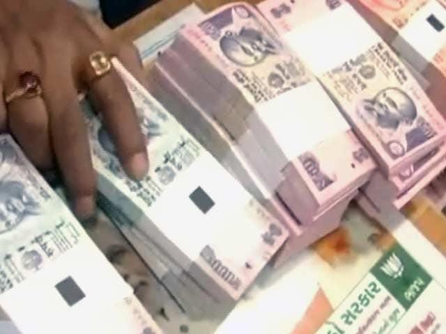 Videos : नोटबंदी के बीच नोटों की कालाबाज़ारी, 500 के नोट के बदले मिल रहे 250 रुपये