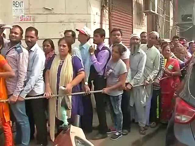 Video : ATMs Run Dry Quickly, Long Lines For New Notes