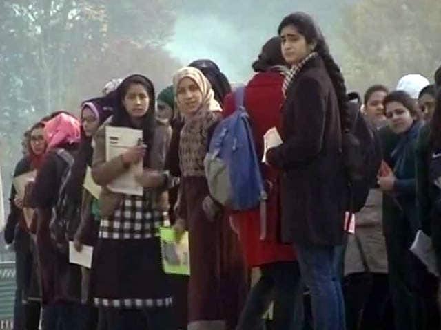 Video : जम्मू-कश्मीर : भारी सुरक्षा इंतजाम के बीच बोर्ड एक्जाम शुरू, बीजेपी-पीडीपी सरकार की भी परीक्षा