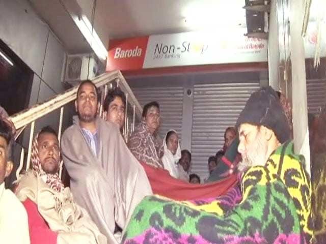 Videos : पूरी रात रजाई-कंबल लेकर बैंकों के बाहर पड़े रहे लोग