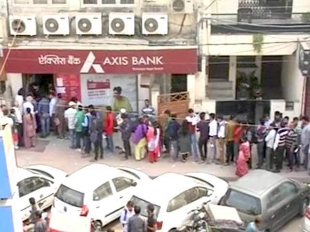 Videos : एटीएम और बैंकों के बाहर लंबी लाइनें