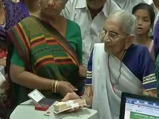 Videos : इंडिया 8 बजे : बैंक-एटीएम के बाहर लंबी कतार, पीएम की मां भी पहुंचीं नोट बदलवाने