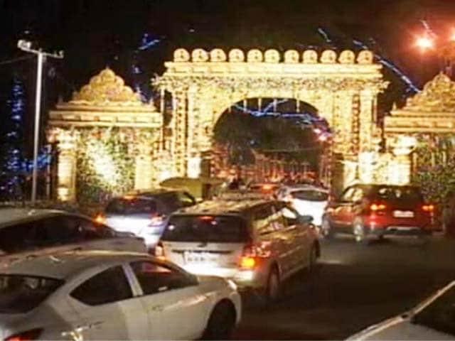 Video : शादी के जश्न में साध्वी देवा ठाकुर ने चलाई गोलियां, 1 की मौत, 5 घायल