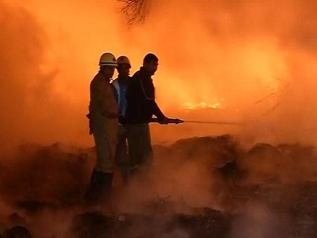 Video : दिल्ली : मुंडका के कबाड़ी बाजार में लगी आग, लाखों का नुकसान