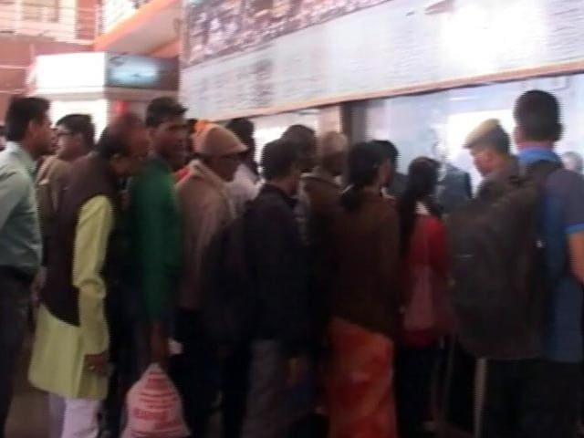 Video : कानपुर ट्रेन हादसा : स्टेशन पर अपनों की तलाश करते लोग