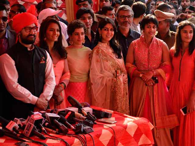 Videos : पहलवान गीता फोगट की शादी में शामिल हुए अभिनेता आमिर खान