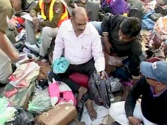 Video : कानपुर ट्रेन हादसा : अपनों की तलाश में घूमते रहे लोग, बैग और पोटलियों में बजते रहे फोन