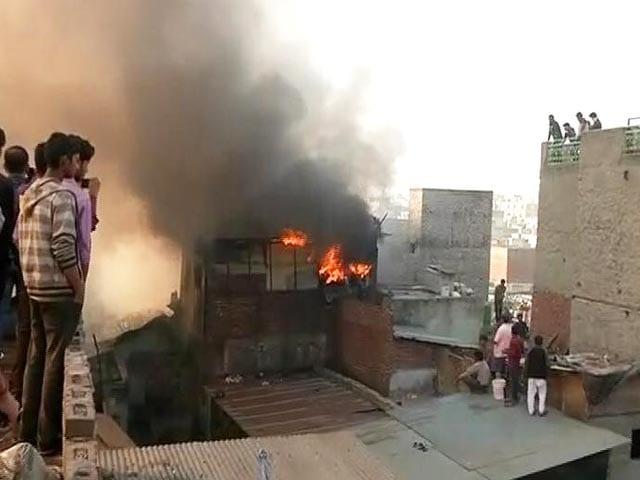 Videos : सदर बाजार में ऊनी कपड़ों के गोदाम में आग