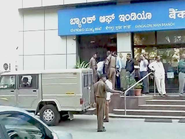 Videos : बेंगलुरु : कैश वैन का ड्राइवर 1 करोड़ 37 लाख लूटकर भागा